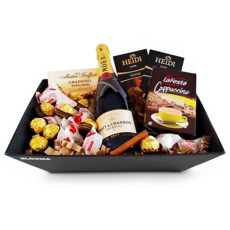 подаръчна кошница империал с моет шандон империал брут бонбони фереро рошер, рафаело, шоколади хайди и ванилия капучино