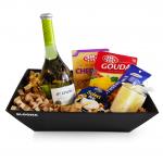 нова подаръчна кошница финес с 3 вида сирене чедър гауда и бри и шенет бяло вино декорирана с опакована ароматна свещ ванилия и микс от ядки